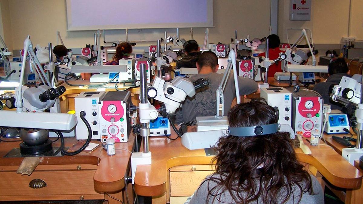 Alumnos en clase en la Escuela de Joyería.