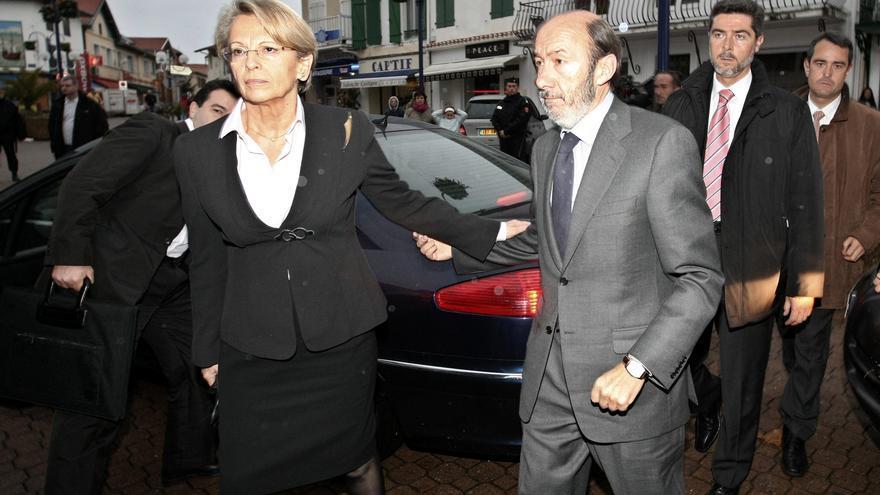 Rubalcaba es recibido en Capbreton (Francia) por la ministra Alliot-Marie después de que ETA atentara contra los guardias civiles Trapero y Centeno