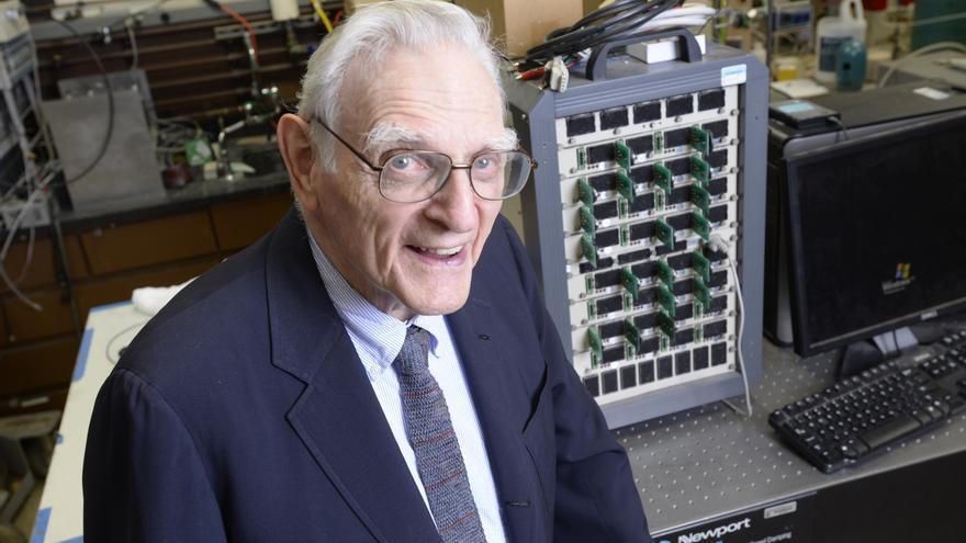 A sus 94 años, John Goodenough sigue investigando las baterías recargables (Imagen: Cedida por John Goodenough)