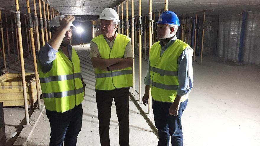 Francisco Quevedo y José Eduardo Ramírez atienden a las explicaciones en el sótano cuatro del Aparcamiento de San Bernardo.