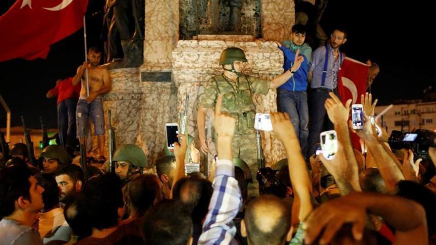 Seguidores del presidente de Turquía Recep Tayyip Erdogan lanzan proclamas en la plaza Taksim en Estambul, Turquía, tras el golpe de Estado militar