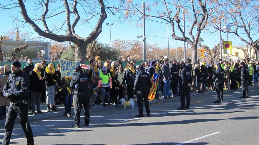 Cerca de 150 personas se manifiestan frente el mitin de Rajoy en Salou con lazos amarillos y esteladas.