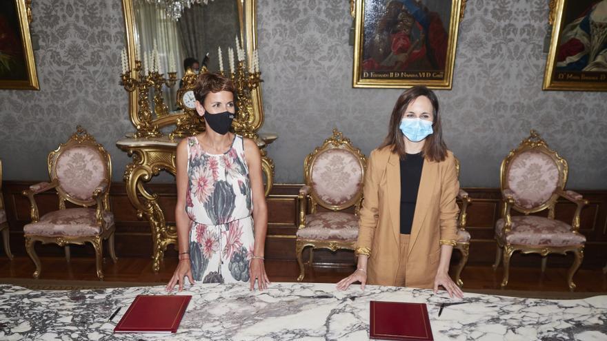 La presidenta de Navarra, María Chivite, y la ministra de Derechos Sociales, Ione Belarra, en la firma del convenio por el que Navarra recibirá casi 40 millones de fondos europeos para proyectos en materia de depedencia
