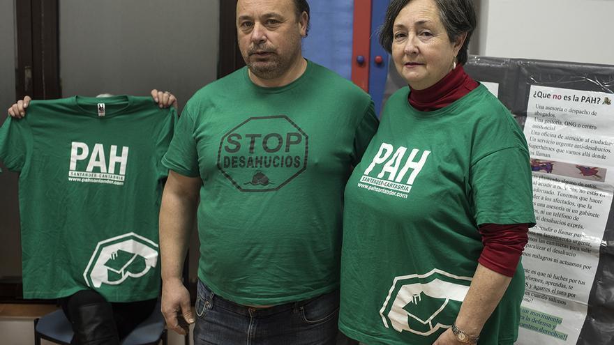 Luis Vázquez y Lucía Gutiérrez durante una asamblea de la PAH de Santander | JOAQUÍN GÓMEZ SASTRE