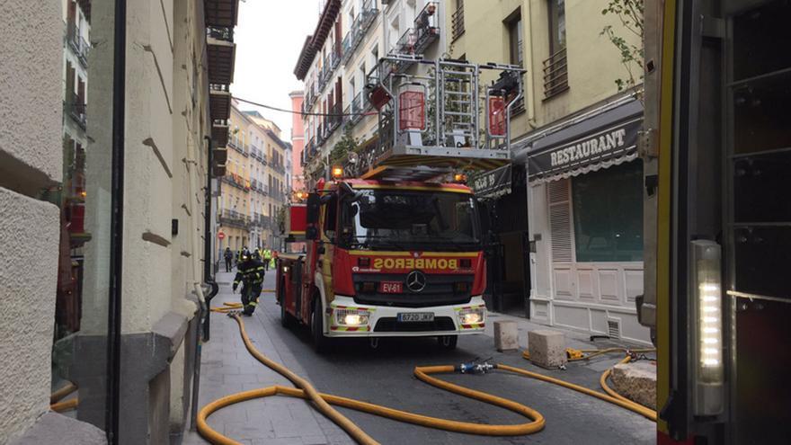 Bomberos trabajando en la extinción del fuego | EMERGENCIAS MADRID