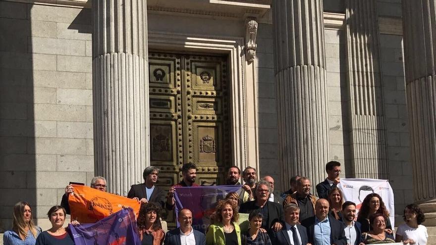 1-O- En Comú, ERC, PDeCAT apoyan el referéndum en el Congreso con una pancarta de Òmnium, citada en denuncia de sedición