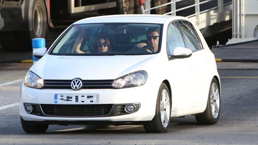 José Manuel Soria, al volante de uno de los coches de la familia, a su llegada este lunes a Gran Canaria en compañía de su esposa, María del Carmen Benítez.