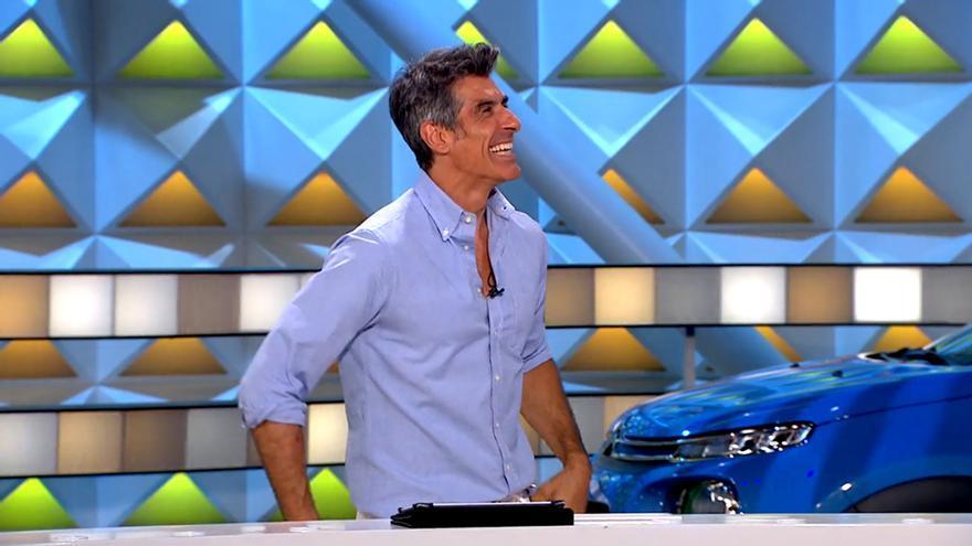 Jorge Fernández se ríe con el cantante de 'La Ruleta'