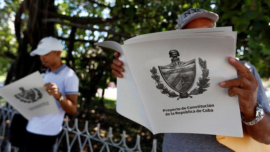 Ciudadanos cubanos leen el borrador de Constitución.