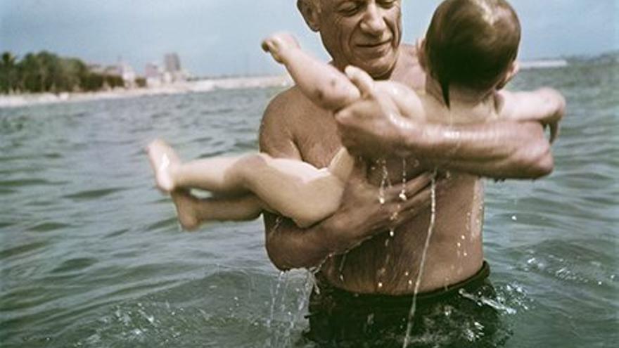 Pablo Picasso juega con su hijo Claude en Vallauris, Francia, en 1948, por Robert Capa