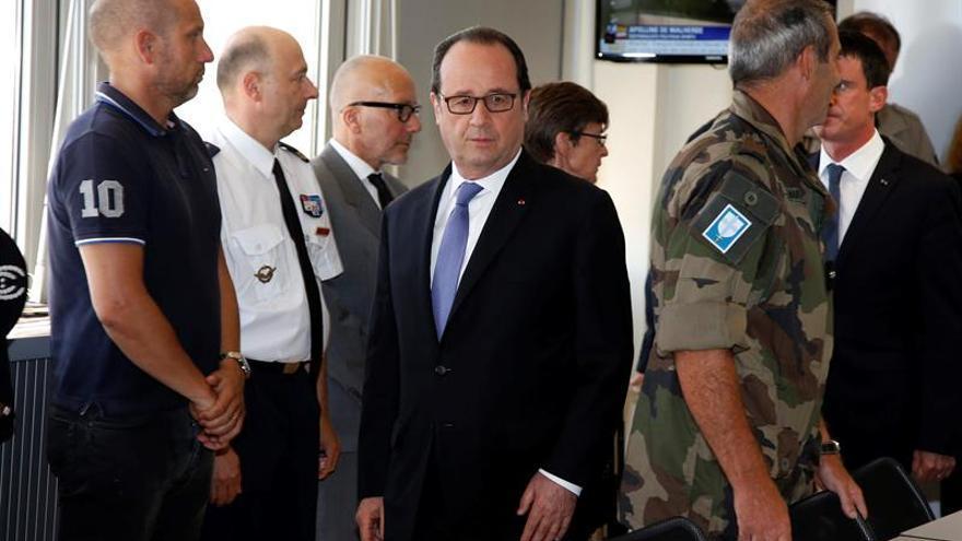 Hollande pide unidad nacional ante las críticas por la seguridad en Niza