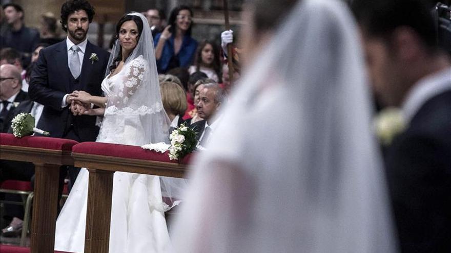 El papa Francisco oficia los primeros matrimonios de su pontificado