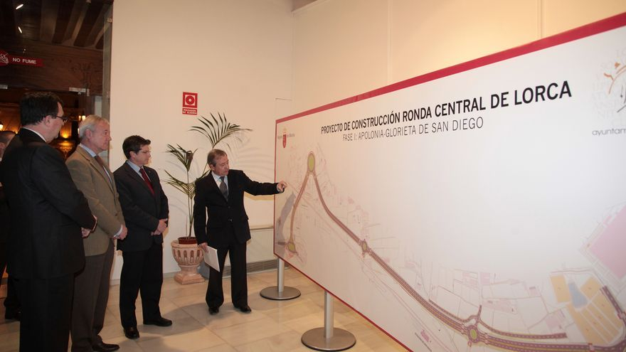 Imagen de archivo (2011): el entonces presidente Ramón Luis Valcárcel, el consejero Ballesta y el alcalde de Lorca Francisco Jódar atendiendo al director general de Carreteras, José Guijarro