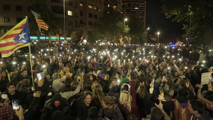 Los asistentes a la manifestación convocada por los CDR en la noche de este lunes en Barcelona.