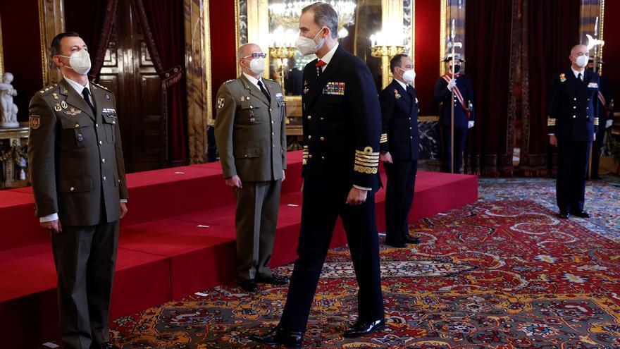 El rey Felipe VI (c) recibe en audiencia a un grupo de coroneles y capitanes de navío, este miércoles en el Palacio Real de Madrid. EFE/Chema Moya