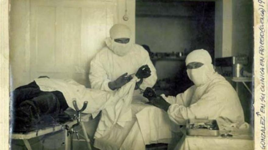 El médico  Manuel González Cogolludo, en una operación