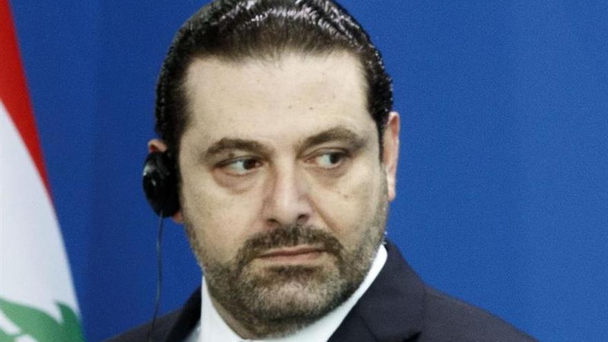 Hariri aparece en el aeropuerto de Riad recibiendo al rey saudí