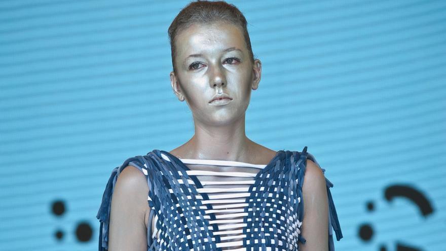 Una modelo de alta costura lleva una prenda hecha con caca de vaca / Jalila Essaïdi/Ruud Balk