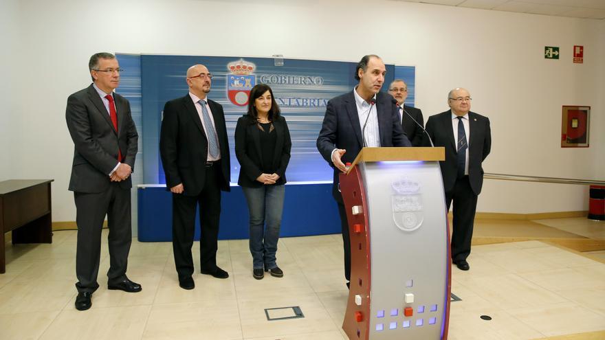 El presidente de Cantabria, Ignacio Diego, acompañado por otras autoridades, ha dado a conocer este sábado la obtención del certificado.