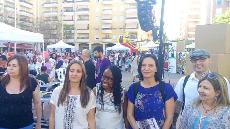 Bescansa, segunda por la derecha, mira a cámara junto a Rita Bosaho y Àngela Ballester