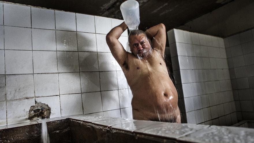Para el centenar de pacientes del centro Penitenciario Psiquiátrico de Soyapango (El Salvador ) sólo hay un lavabo con agua corriente para beber, bañarse o usar agua para los baños. / Pau Coll / RUIDO Photo.