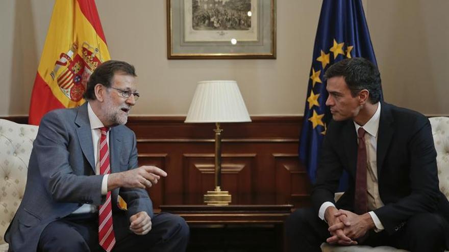 Rajoy entrega a Sánchez y otros partidos una propuesta de gobierno para pactar