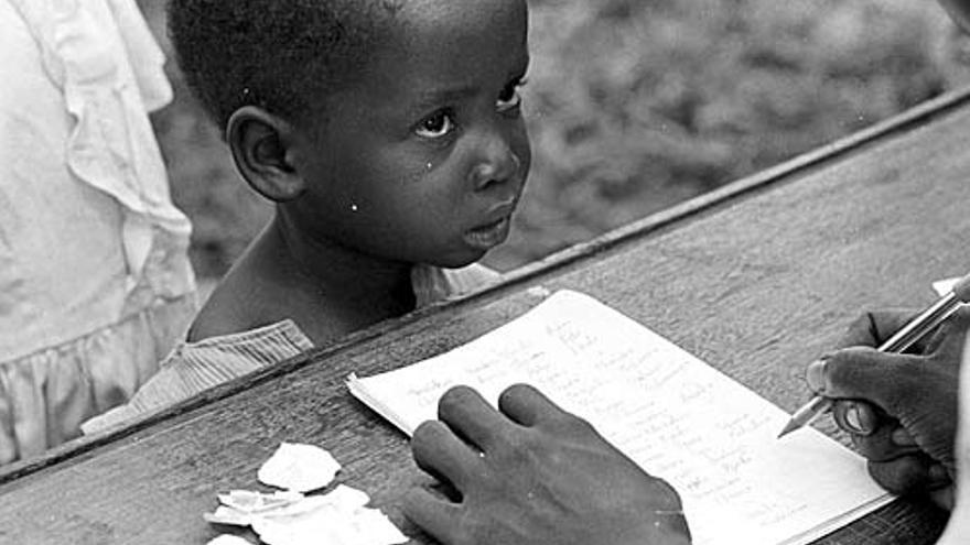 Conflicto de Biafra, 1968. Un niño espera bonos para recibir leche y pescado en un centro de alimentación. H.D. Finck / CICR.