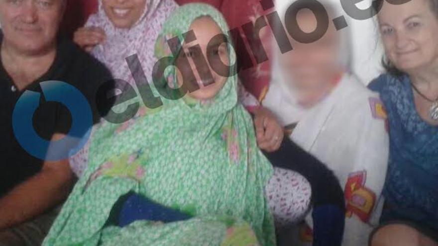 Fotografía tomada durante el viaje de la familia adoptiva al Sáhara a ver a Maloma