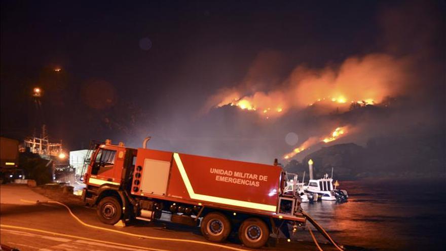 Sigue activo el fuego de O Pindo y se declara otro próximo al Monte Galiñeiro