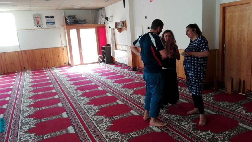 Hamoun, secretario de la asociación Annour, conversando con periodistas en la mezquita
