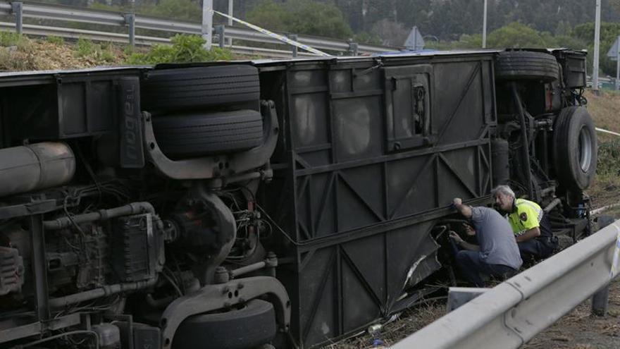 Una grúa ha retirado el autocar con turistas accidentado ayer en Lloret