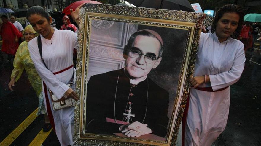 Miles de devotos llenan la plaza salvadoreña elegida para la beatificación de Romero
