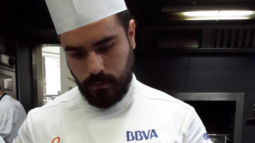 El conquense José Martínez en las cocinas de El Celler de Can Roca montando una 'Ensalada Roja'