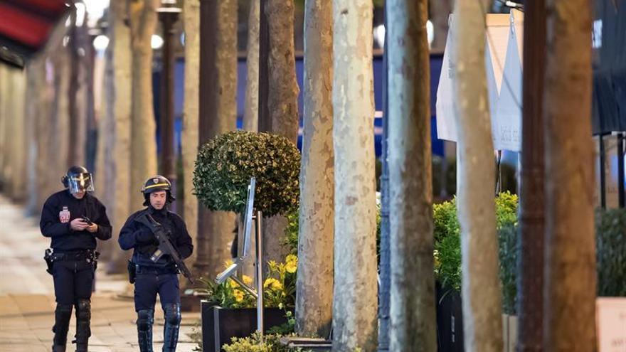 La vida de los dos policías heridos en el atentado de París no corre peligro
