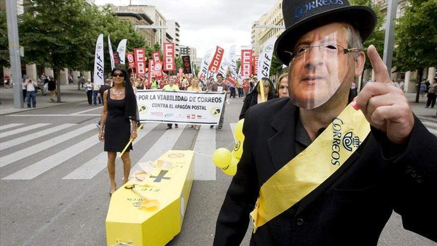 Los indicatos cifran en el 85 % el seguimiento de la huelga en Correos que lo rebaja al 25 por ciento