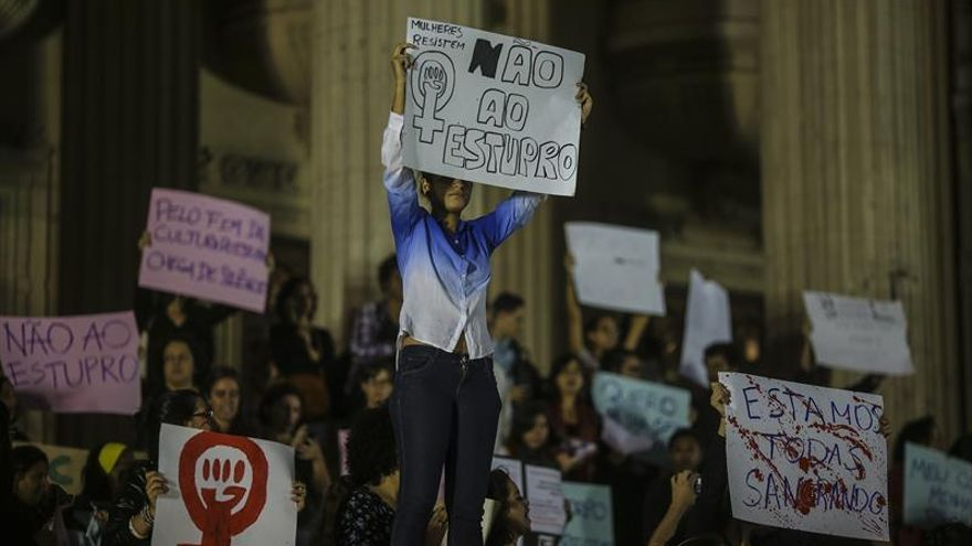Varias mujeres participan en una manifestación frente a la Asamblea Legislativa de Río de Janeiro contra la violación de una adolescente por más de 30 hombres.