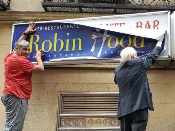 El Padre Ángel, colocando el cartel del primer Robin Food | MENSAJEROS DE LA PAZ