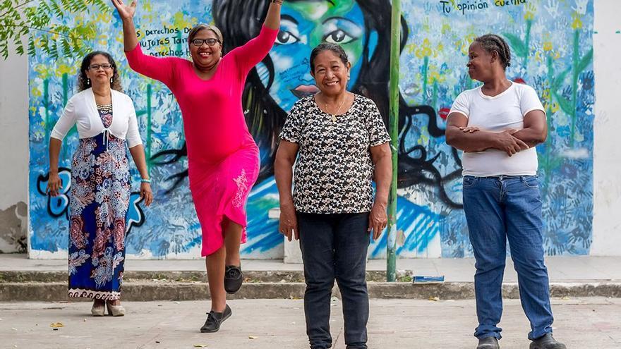 Varias mujeres participantes en el proceso productivo de mermelada de corozo, en Cartagena. (Mamachama).