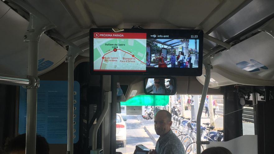 Un bus de la EMT con una de las nuevas pantallas informativas