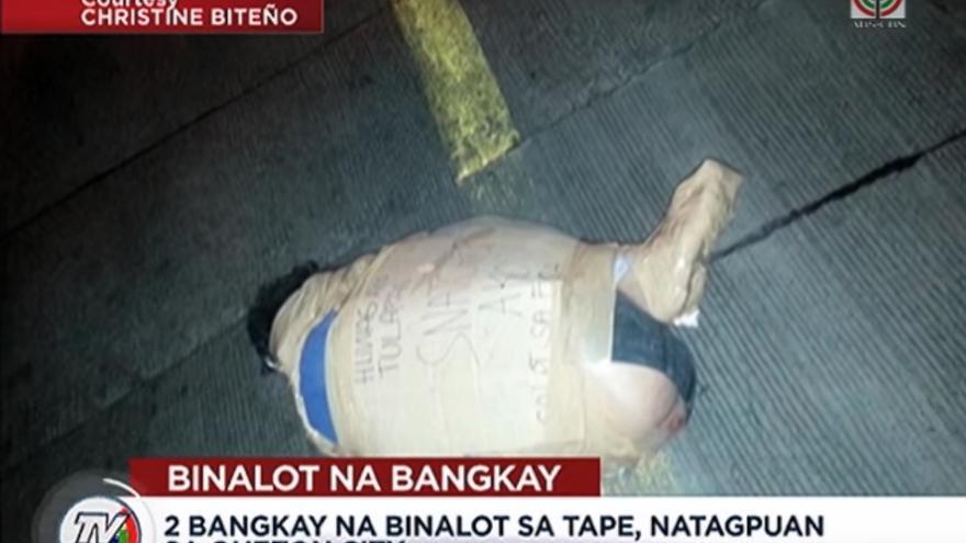 Captura de pantalla del informativo de TV Patrol en el que muestran algunas imágenes de cadáveres etiquetados en las calles de Manila // TV Patrol