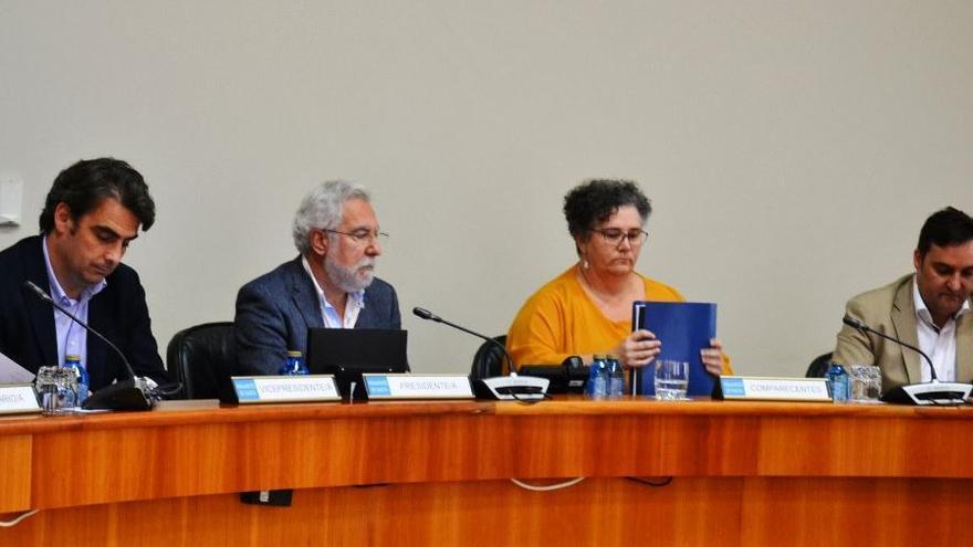 La Valedora, Milagros Otero, en su comparecencia con su adjunto, Pablo Cameselle, a la derecha de la imagen