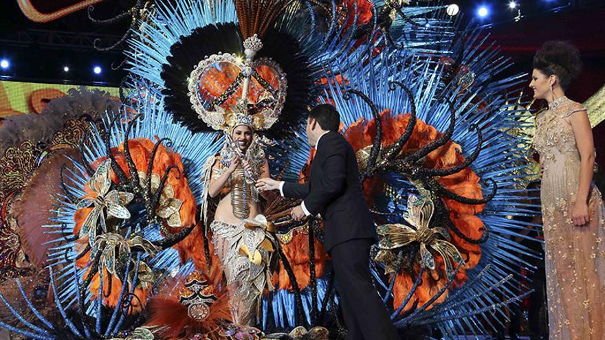 Entrega del cetro a Amanda Perdomo, última reina del Carnaval chicharrero./ Jesús D'Sousa