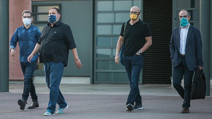 Jordi Cuixart, Oriol Junqueras, Raül Romeva y Jordi Turull saliendo de la prisión de Lledoners.