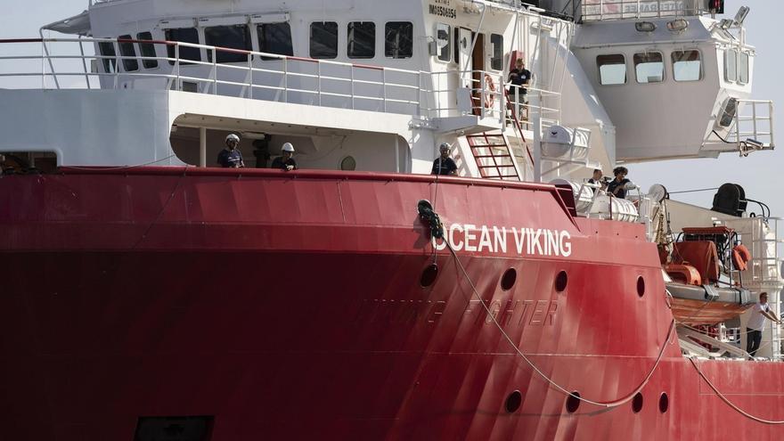"""El barco humanitario """"Ocean Viking"""", de las ONG Médicos Sin Fronteras (MSF) y SOS Mediterranée, ha socorrido esta madrugada a otros 16 migrantes en el Mediterráneo, con lo que espera puerto con 180 rescatados a bordo."""