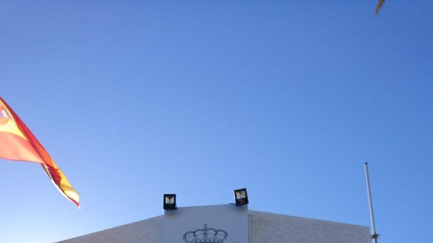 El escudo constitucional de España, ya colocado en el Cuartel de la Guardia Civil en Candelaria