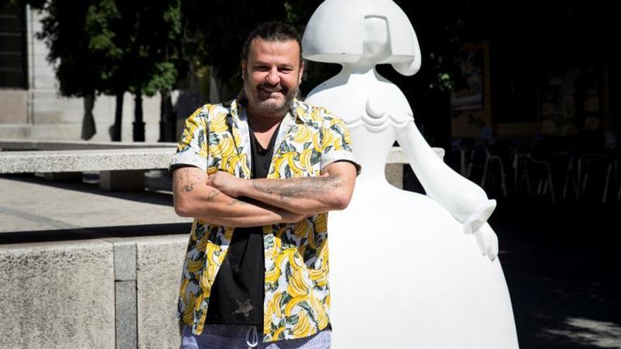 El pintor Domingo Zapata restaura en directo su menina 'La vida es sueño'