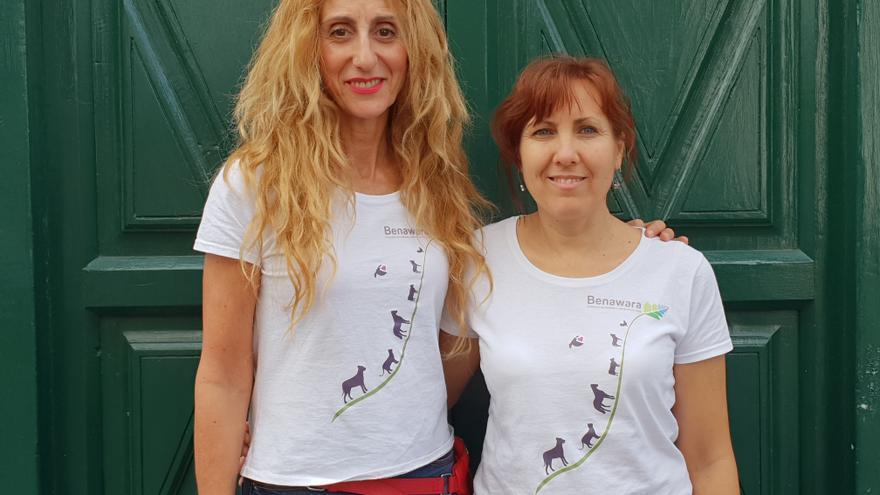 Esther Campos (i) junto a otra voluntaria de la asociación.