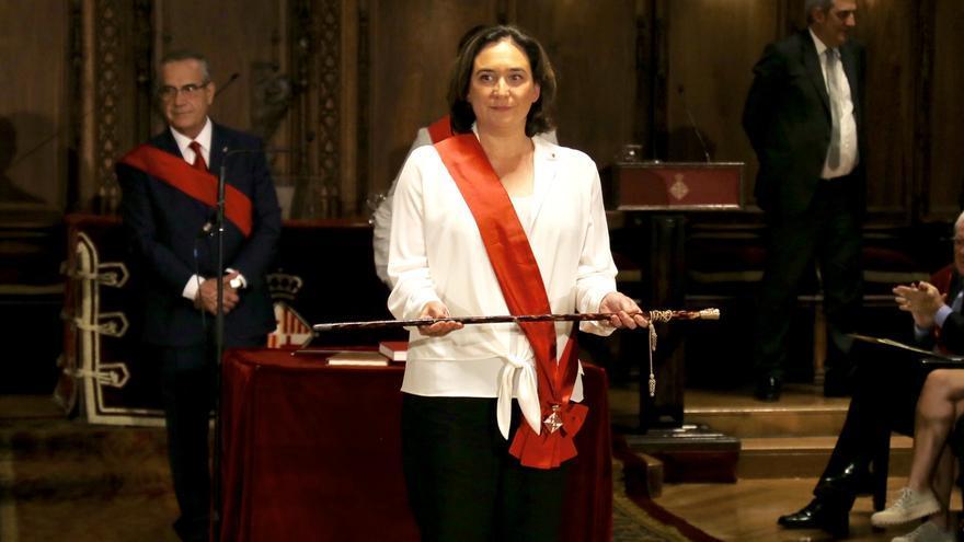 Ada Colau, reelegida, muestra la vara de alcaldesa al pleno