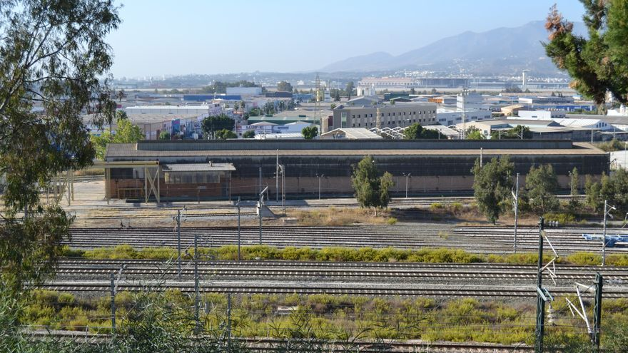 Los talleres de Renfe en Los Prados, junto a las vías del tren