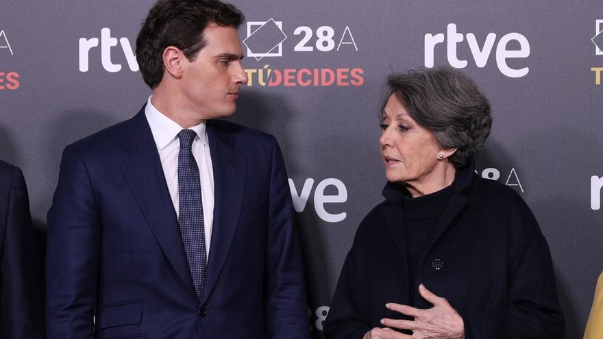 Albert Rivera y Rosa María Mateo conversan antes del inicio del debate